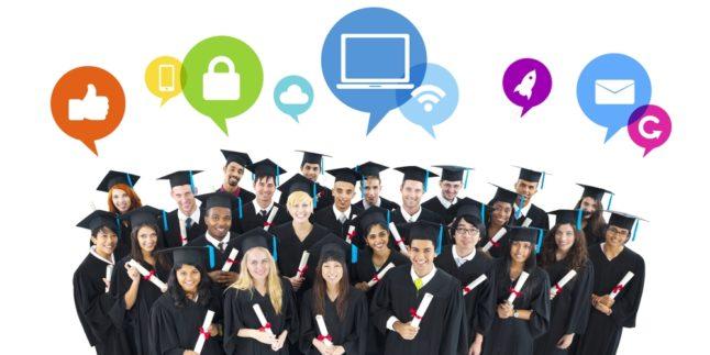 Absolventen in schwarzen Roben und Hüten