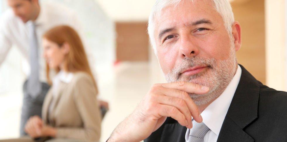 Besonders im höheren Alter sollte man sich auf dem Arbeitsmarkt flexibel geben und seine Kontakte nutzen!