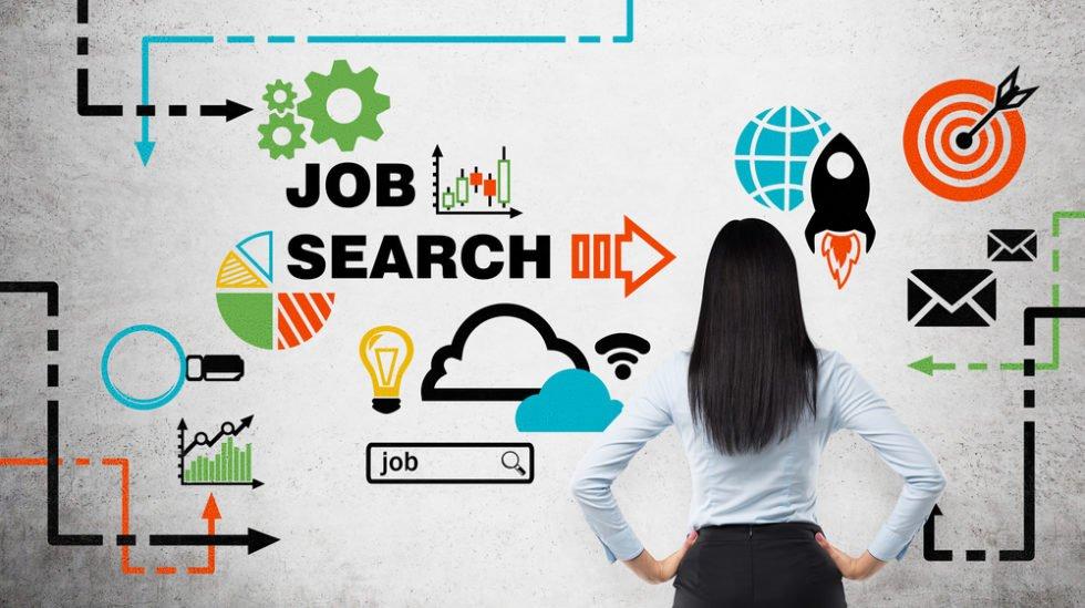 Frau vor Board mit Job Search