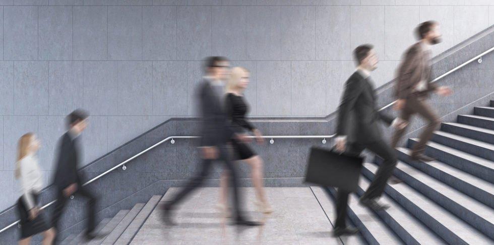 Menschen laufen Treppe hoch