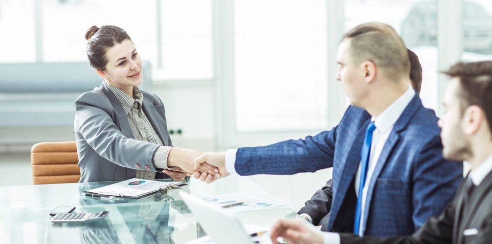Auch ein befristeter Arbeitsvertrag hat seine Vorteile: Beispielsweise kann erst der Arbeitgeber kennen gelernt werden, bevor die Übernahme gilt.