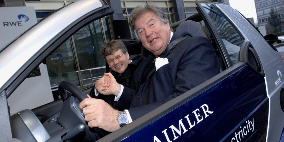 Prof. Herbert Kohler und Dr. JÜrgen Großmann in einem Smart fortwo electric drive