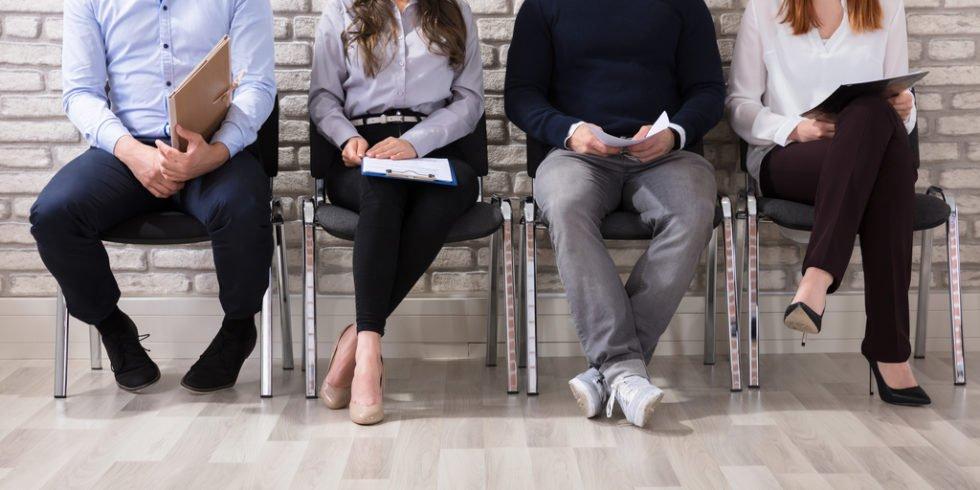 Wartende Menschen auf Stühlen
