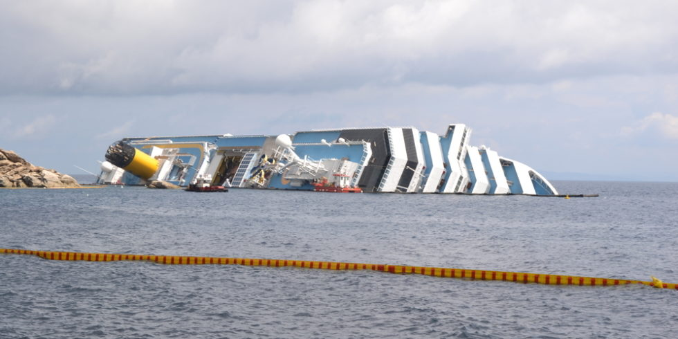 Havarierte Costa Concordia vor der Küste