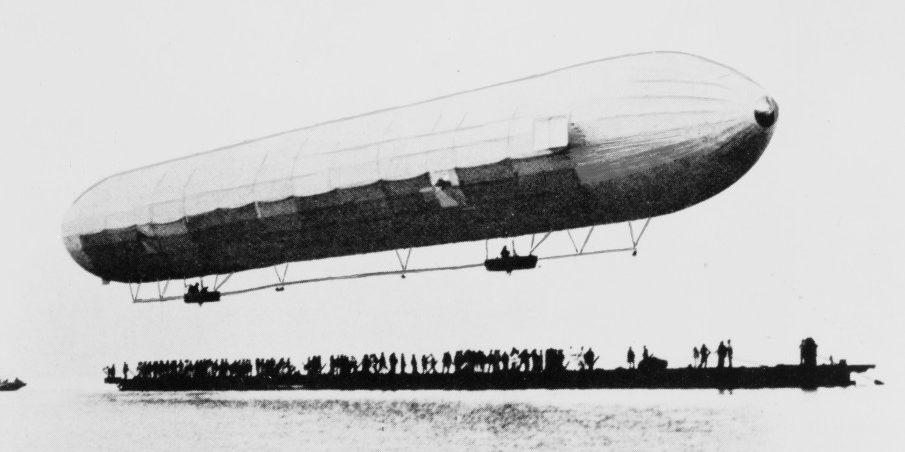 Schwarz-weiß Bild des ersten Luftschiffs des Grafen Zeppelin