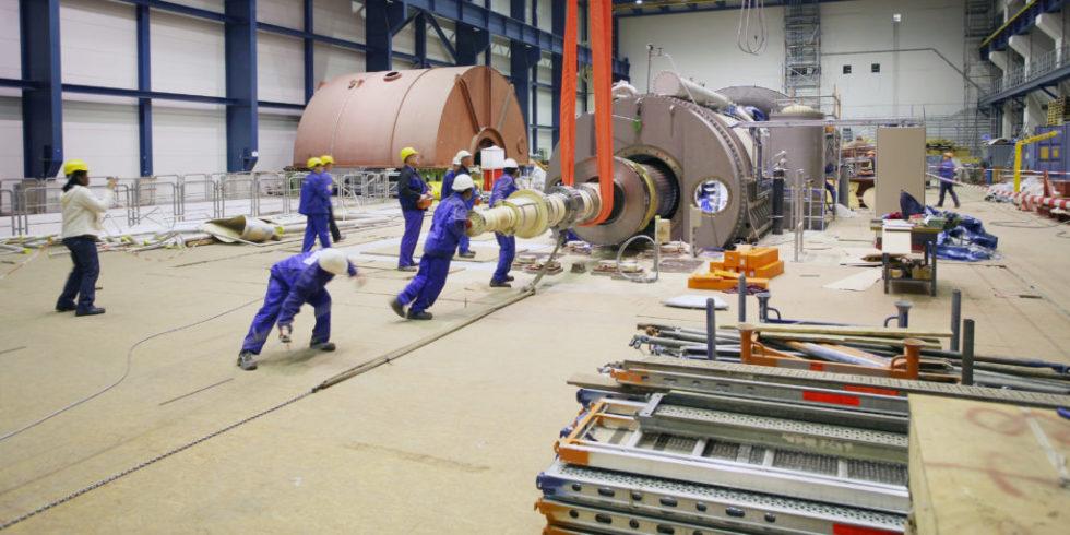 Arbeiter bei der Installation einer Turbine im Vattenfall-Kraftwerk in Boxberg