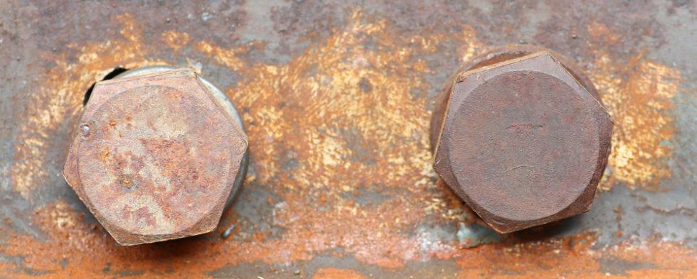 Rostige Schrauben in einem Strahlträger
