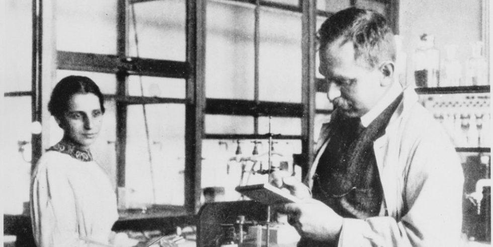 Otto Hahn und Lise Meitner 1913im Labor desKaiser-Wilhelm-Instituts für Chemie in Berlin.