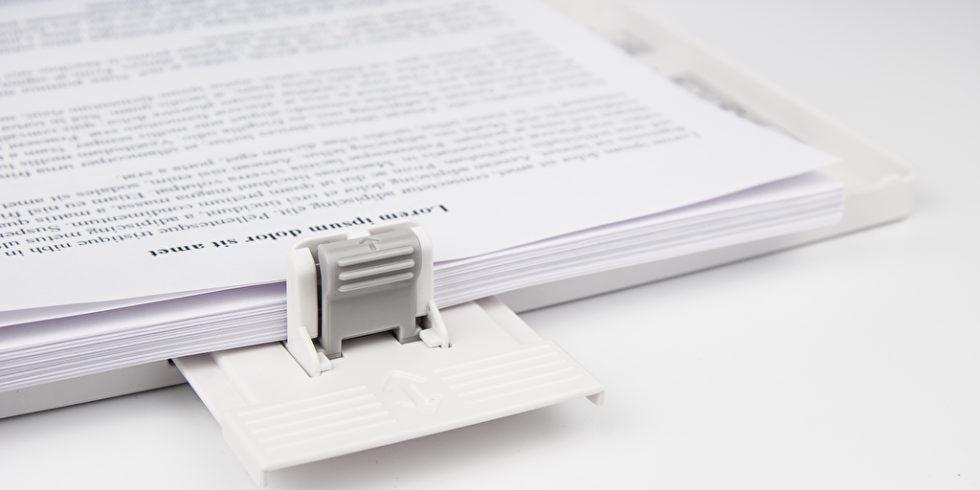 bedruckter Papierstapel im Drucker