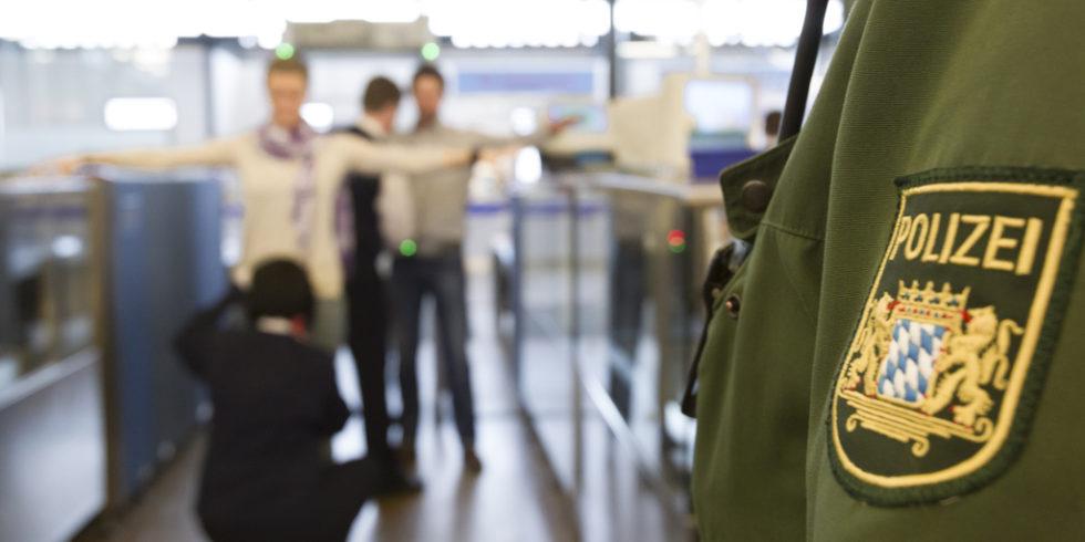 Passagierkontrolle an einem Flughafen