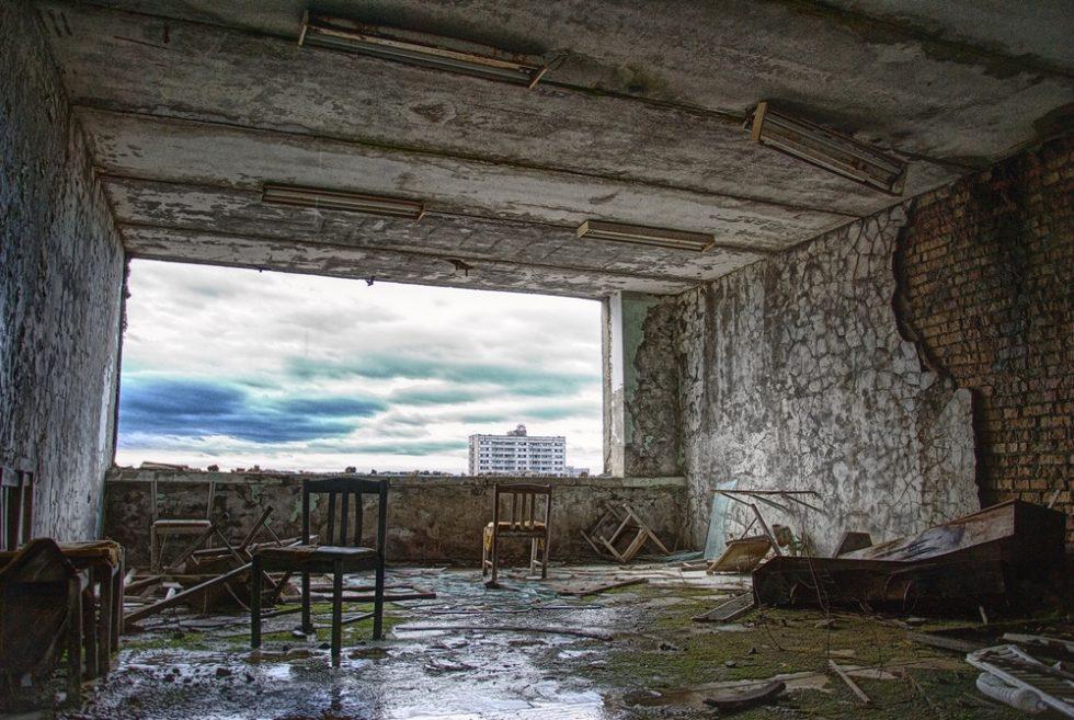 Blick aus dem verlassenen Zimmer auf den Himmel über Pripyat