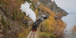 Dampflok auf Schienen neben dem Baikalsee