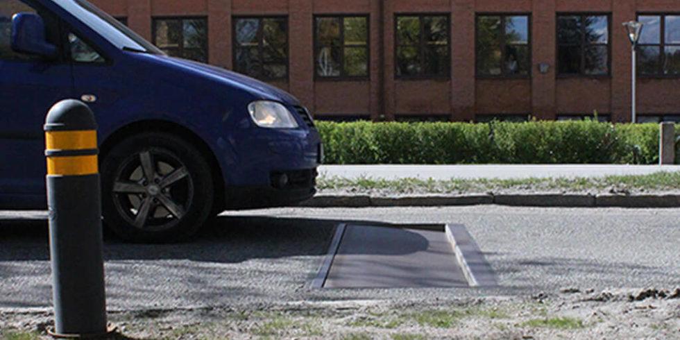Blaues Auto vor einer Absenkvorrichtung von Edeva