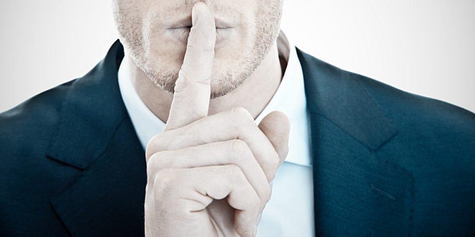Eine Verpflichtung zur Geheimhaltung von Betriebsgeheimnissen ergibt sich ohne gesonderte Regelung!