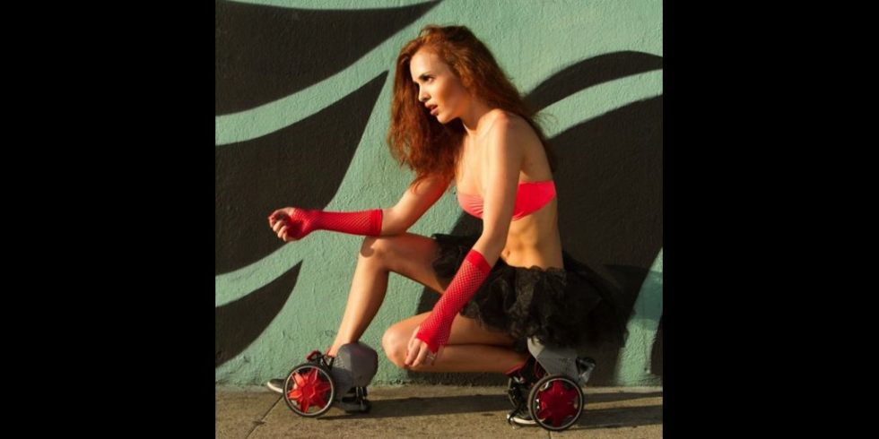 Übergroße Räder fallen bei den Elektrorollschuhen ins Augen. Während der Laufzeit kommunizieren die beiden Schuhe miteinander, um stets mit derselben Geschwindigkeit zu fahren und sich synchron zu verhalten.