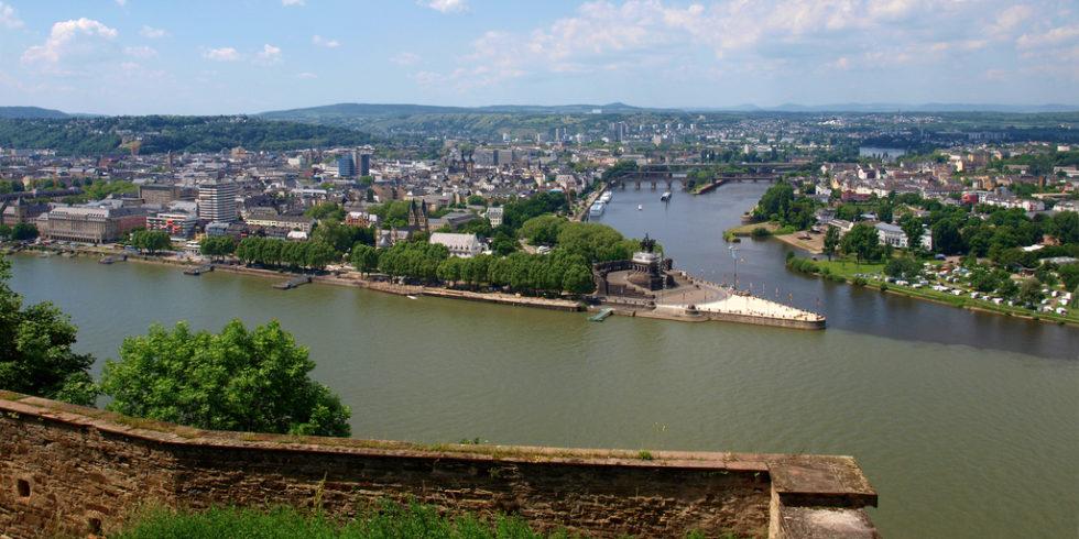 Blick von der Festung Ehrenbreitstein auf Koblenz und das Deutsche Eck
