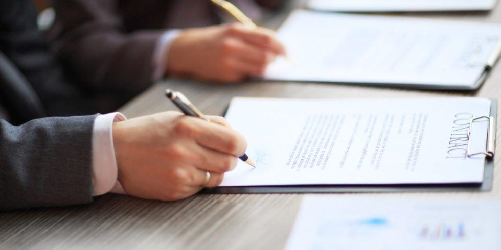 Der Arbeitsvertrag sollte gründlich geprüft werden.