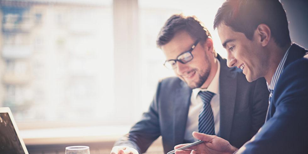 Zwei Männer Meeting Touchpad