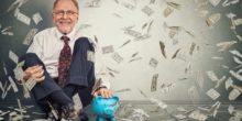 Mann mit blauem Sparschwein im Geldregen