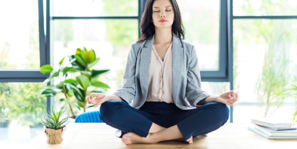 Entspannungsübungen im Alltag sorgen für ein besseres Wohlbefinden und steigern die Leistungsfähigkeit.