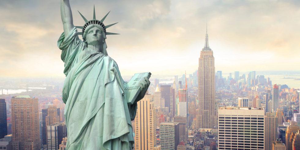 Freiheitsstatue vor der Skyline von New York