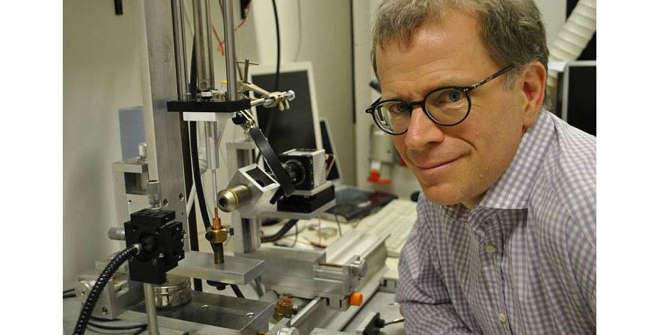Professor Christian Wagner mit der Apparatur, die bei den Tropfen-Experimenten zum Einsatz kam.