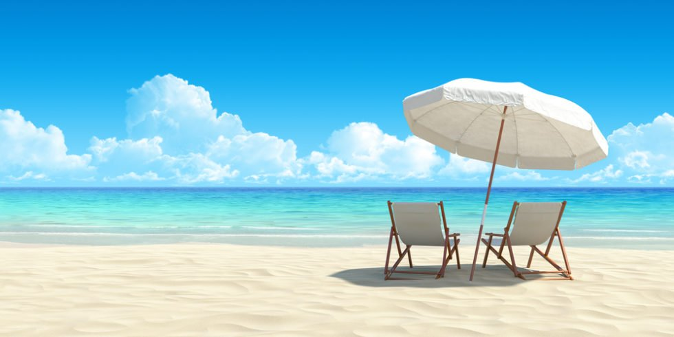 Chaise Lounge und Sonnenschirm am Sandstrand