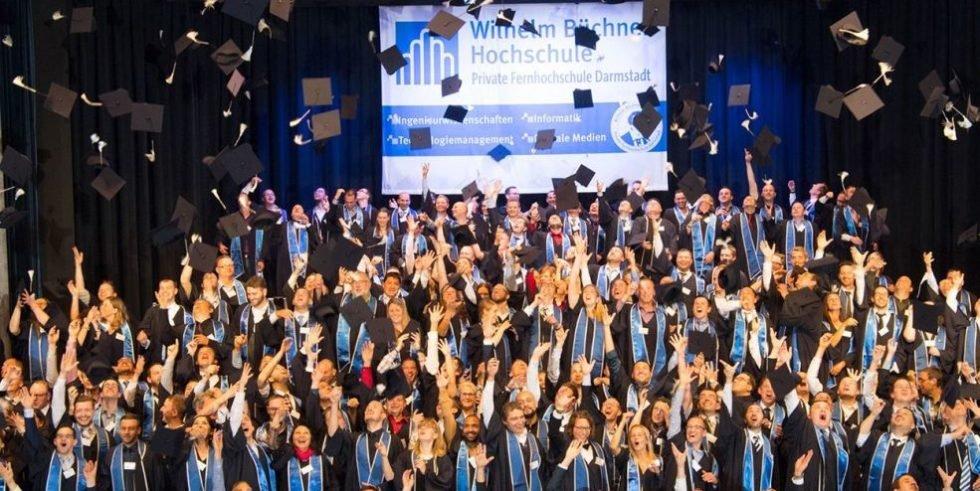 Absolventen der Wilhelm Bücher Hochschule feiern ihren Abschluss.