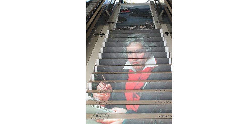 Die Klangtreppe komplett: Direkt links daneben lugt noch ein Stück der bequemen Rolltreppe hervor.