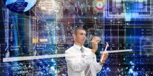 Mann mit Bleistift vor vielen Graphen und Algorithmen