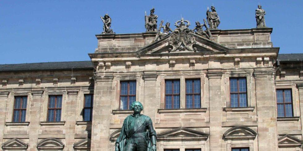 Statue des Markgraf Friedrich von Brandenburg-Bayreuth vor dem Hauptgebäude der Uni Erlangen-Nürnberg