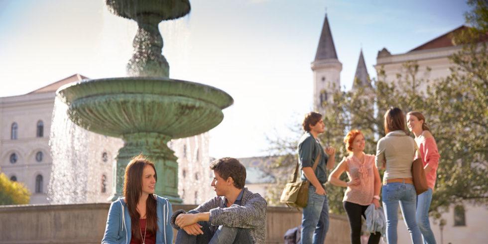 LMU-Studierende vor dem Hauptgebäude der Uni München