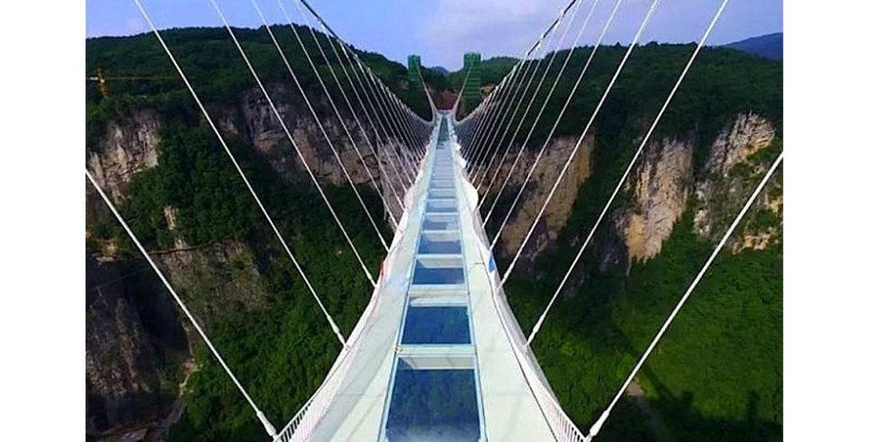 Auf der höchsten Glasbrücke der Welt schlottern jedem die Knie
