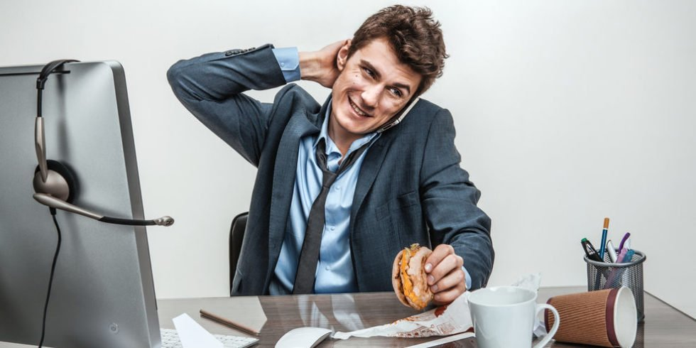 Das richtige Verhalten am Arbeitsplatz erleichtert den Umgang mit anderen.