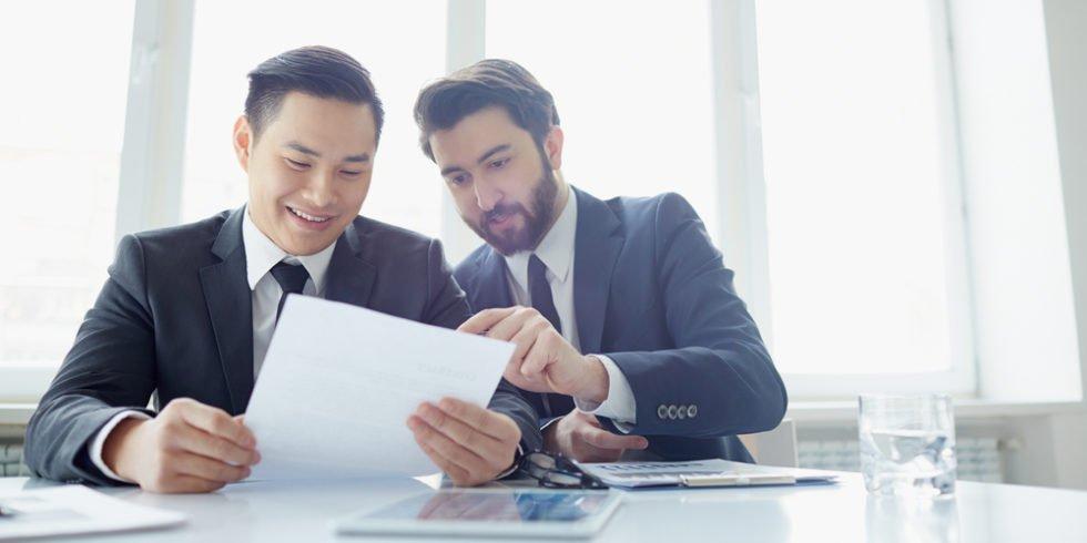 Der erste Arbeitsvertrag sollte besonders gründlich geprüft werden.