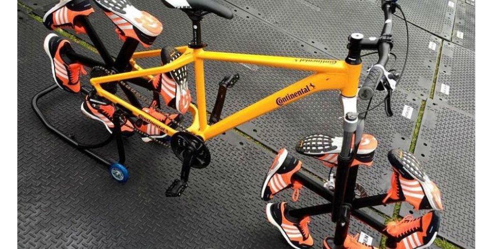 Ein Fahrrad auf Schuhen: Ist das Fahren oder noch Gehen?