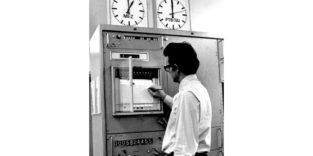 Mann am Zeitmessplatz der PTB in Braunschweig