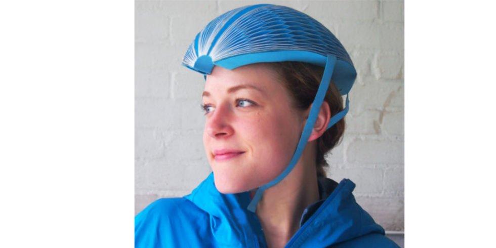 Frau mit blauem EcoHelmet auf dem Kopf