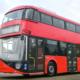 Doppeldecker-Hybridbus in rot