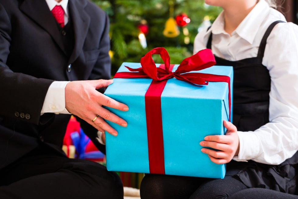 Geschenke im Job, nette Aufmerksamkeit oder schon Bestechung. Wo sind die Grenzen?