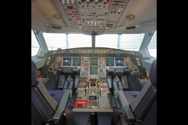 So sieht es im Cockpit des Airbus A340-600 aus: Das Flugzeug gehört zu den größten der Welt. Foto: Airbus