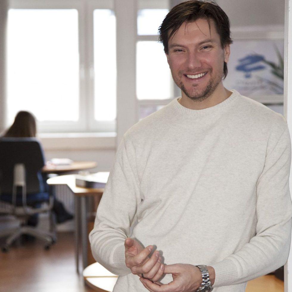 Joachim Diercks: Der Gründer und Geschäftsführer der Cyquest GmbH in Hamburg widmet sich der Bedeutung von Algorithmen bei der Bewerberauswahl als Buchautor sowie als Gastdozent an der Quadriga Hochschule Berlin und der Fresenius Hochschule Hamburg. Die Cyquest GmbH berät in Fragen von Online-Assessment, Employer Branding, Berufs- und Studienorientierung.