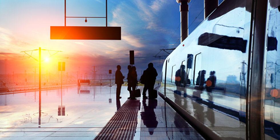 Passagiere vor Einstieg ICE