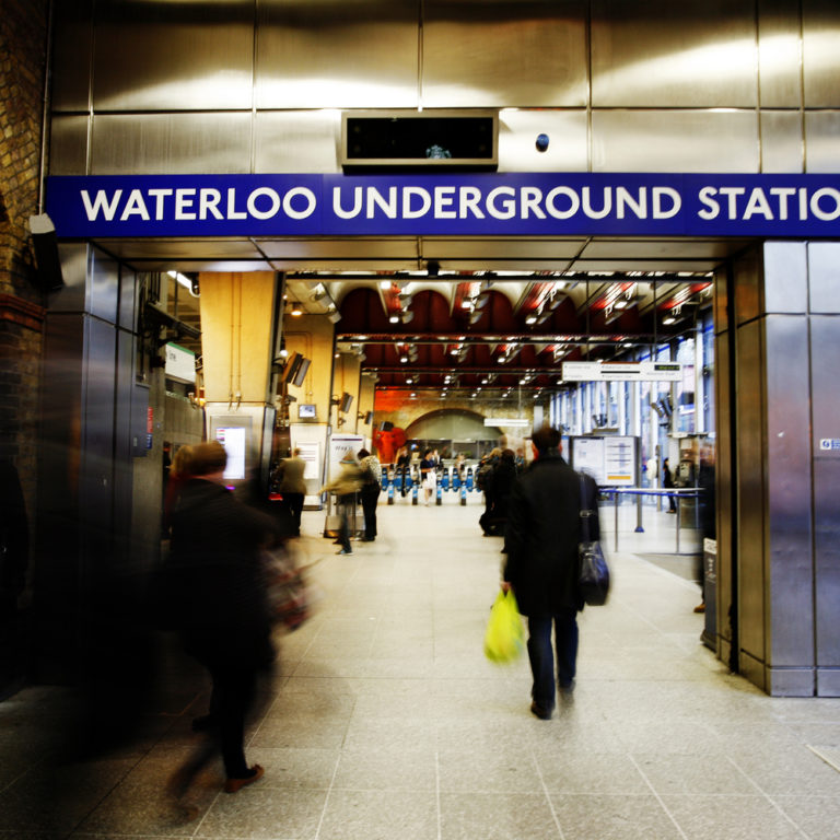 Leute in der U-Bahn Waterloo London