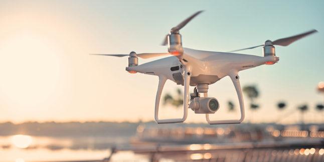Drohne, bzw ein Quadrocopter mit einer Kamera an der Unterseite im Flug