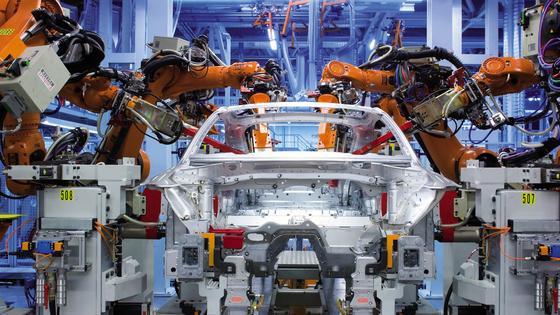 Autofertigung: Warm umgeformter Stahl für mehr Sicherheit und besseren Leichtbau.