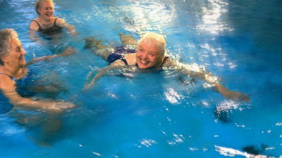 Senioren beim Schwimmen.