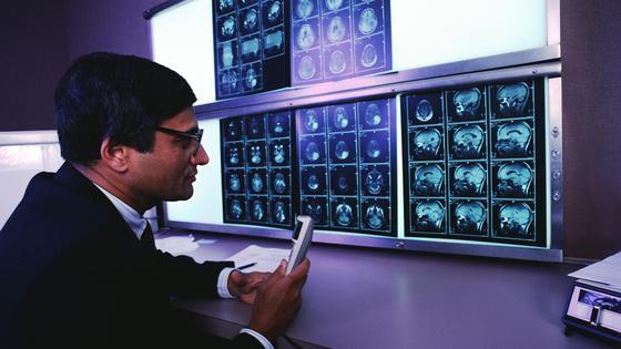 Die Kombination aus MRT und PET macht Gelenke, Organe, Adern und sogar Nerven deutlicher sichtbar.