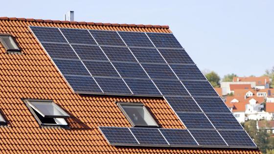 Zur Speicherung des Energieüberschusses sind leistungsstarke Akkus gefragt.
