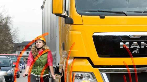 Fahrerassistenten klettern in die Trucker-Kabine